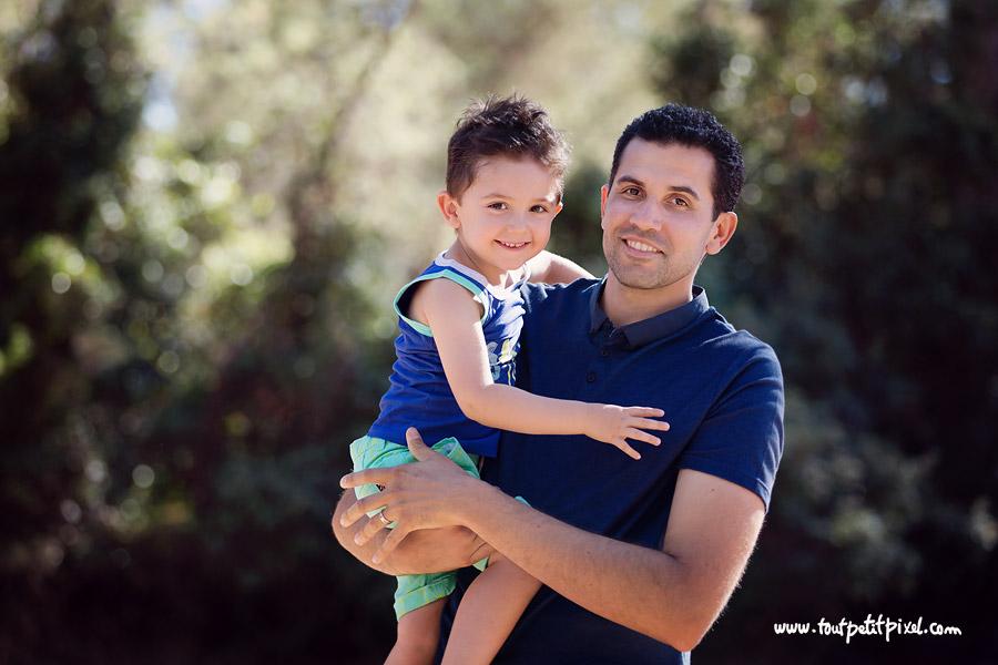 Papa qui tient son etit garçon dans les bras