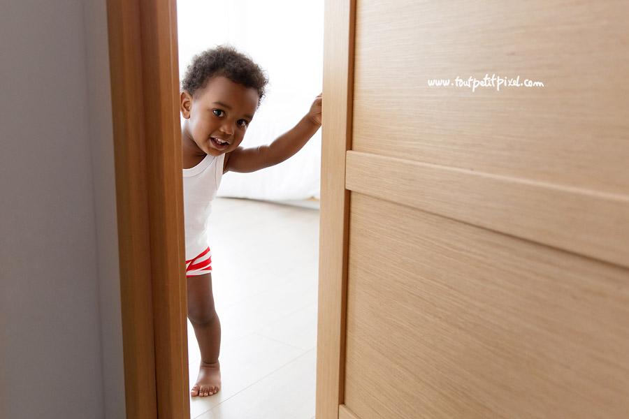 bebe-qui-fait-coucou-derriere-la-porte.jpg