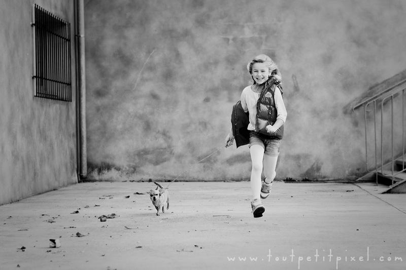 Enfant-qui-court-avec-son-chien.jpg