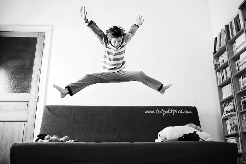 enfant-qui-saute-du-canape.jpg