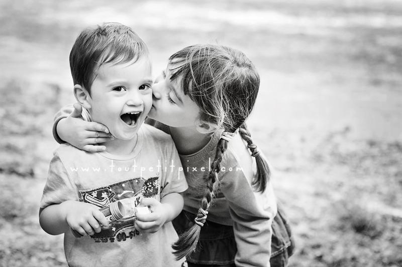 Une petite fille fait un bisou à son cousin