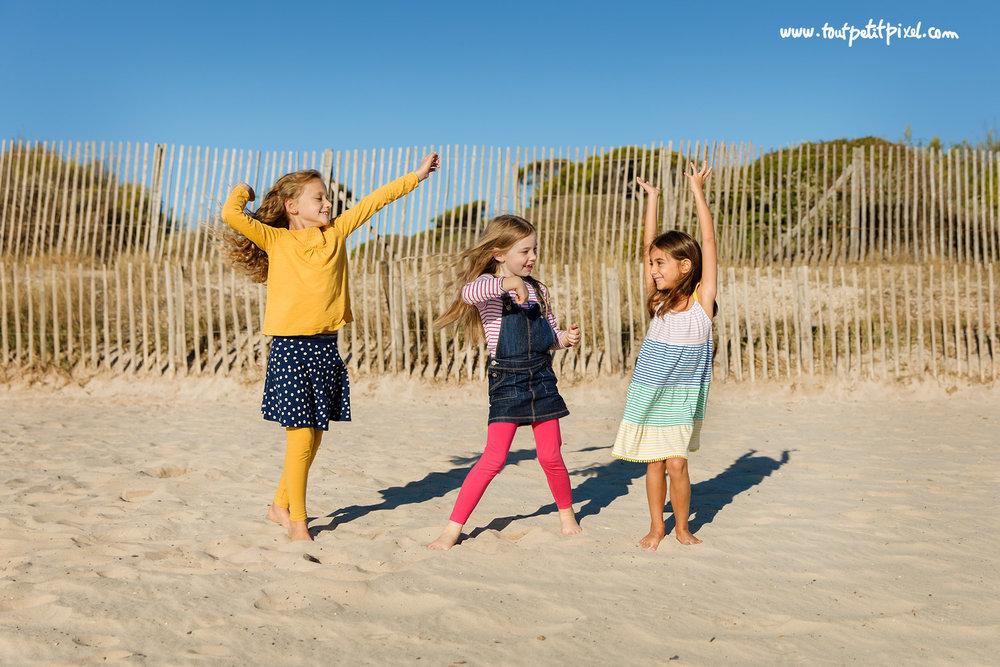 petites-filles-qui-dansent-sur-la-plage.jpg