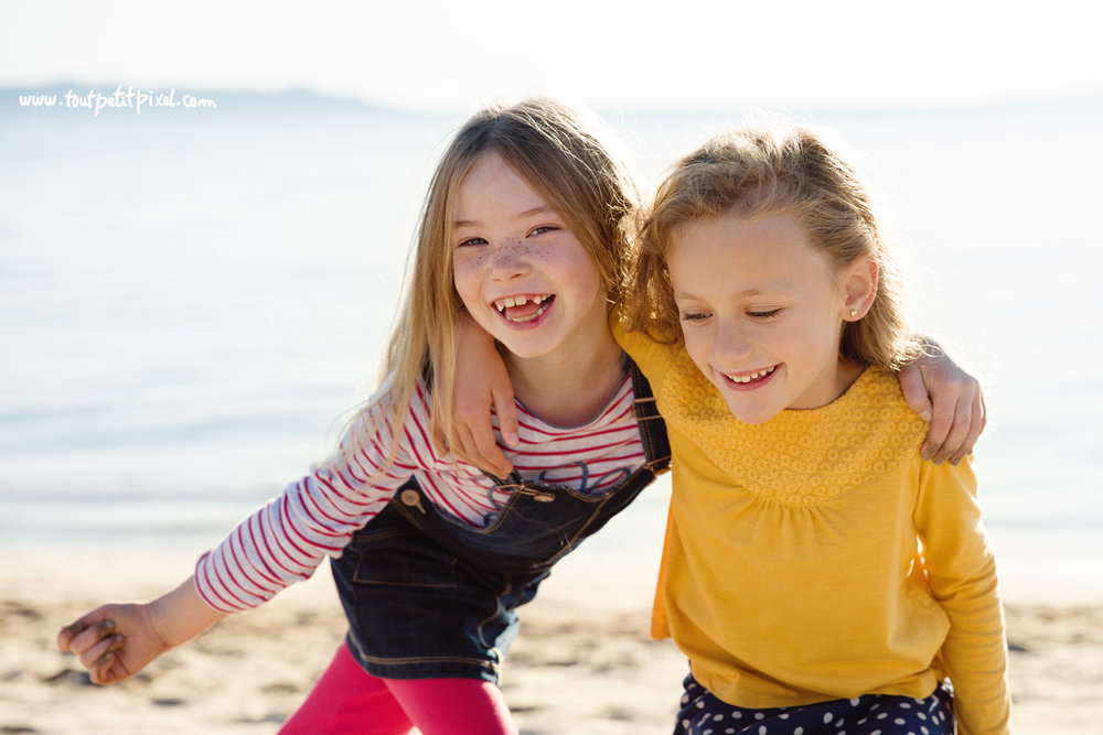 photographe-enfants-deux-copines-a-la-palge.jpg