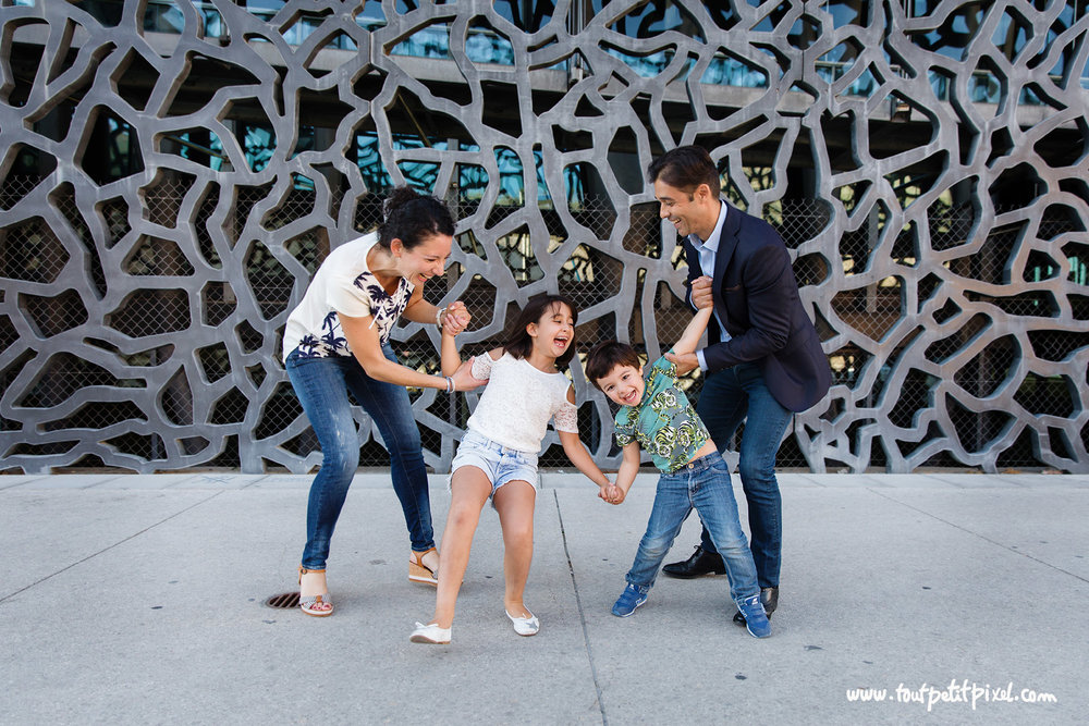 photo-famille-rire-mucem.jpg