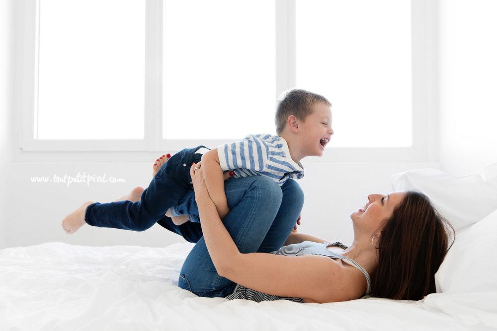 maman-enfant-jouent-sur-le-lit.jpg