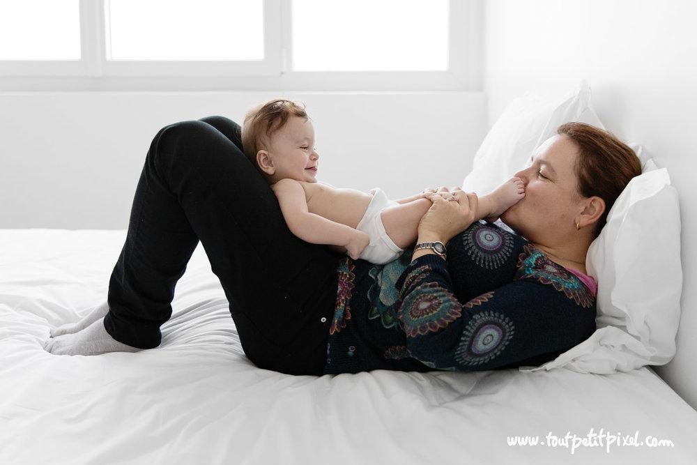 maman-et-bebe-sur-un-lit-studio-marseille.jpg