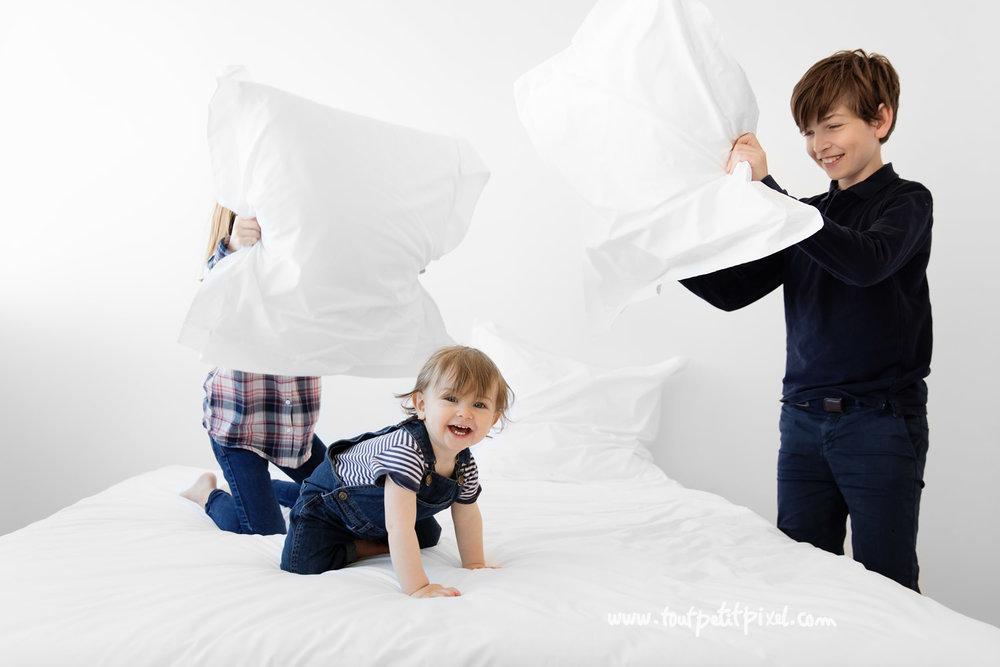 photographe-enfants-bataille-oreillers.jpg