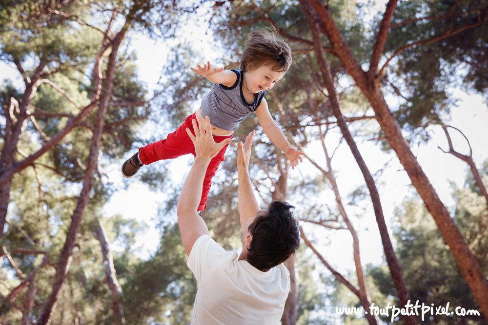 papa-qui-lance-son-enfant-dans-les-airs.jpg
