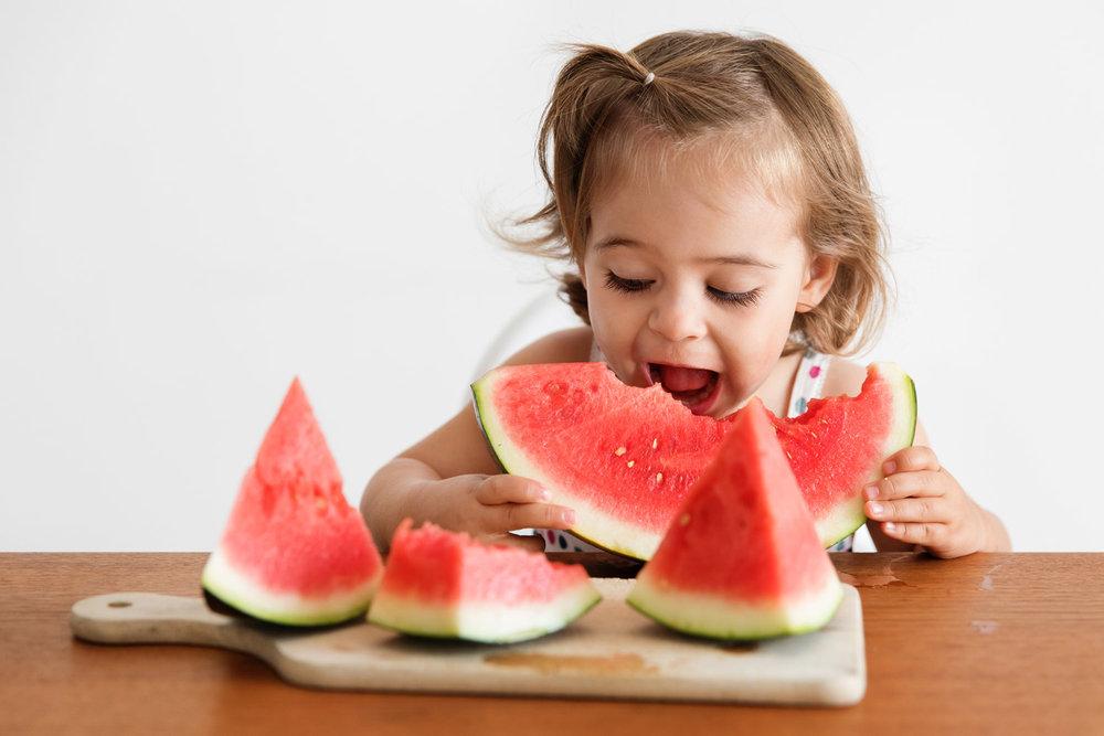 Enfant-qui-mangue-une-pasteque.jpg