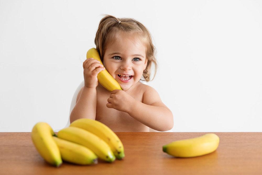 enfant-qui-joue-a-telephoner-avec-une-banane.jpg
