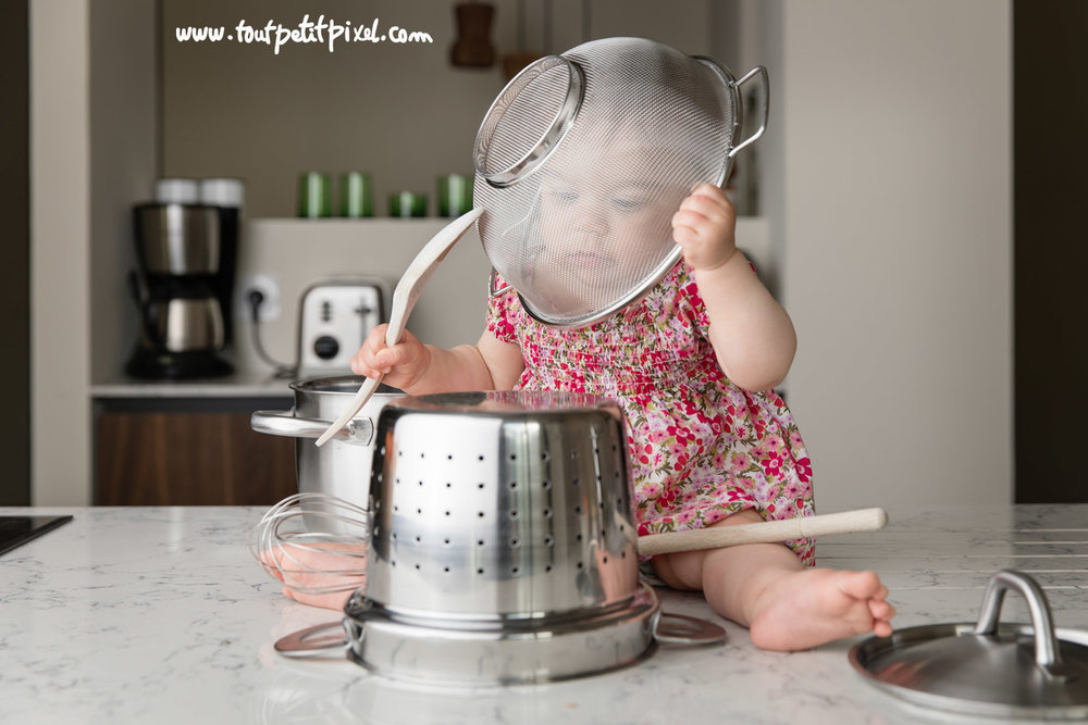 bebe-qui-joue-avec-des-ustensiles-de-cuisine.jpg