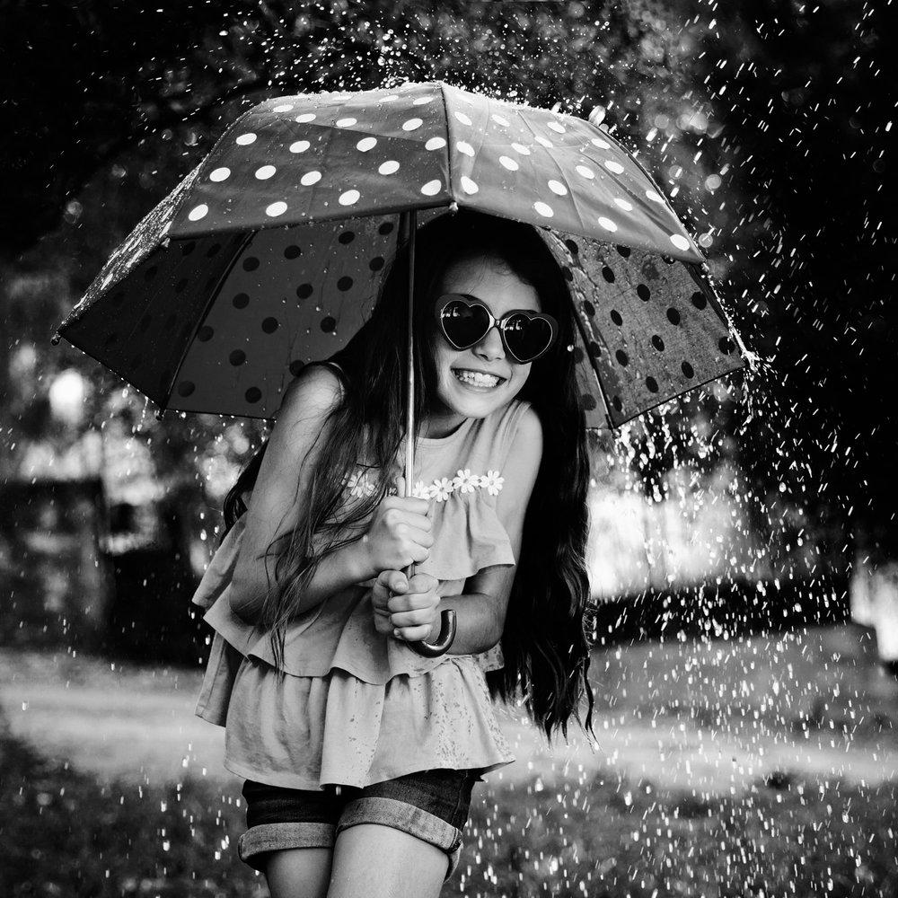 Photographe-enfant-marseille-enfant-sous-la-pluie-avec-parapluie.jpg