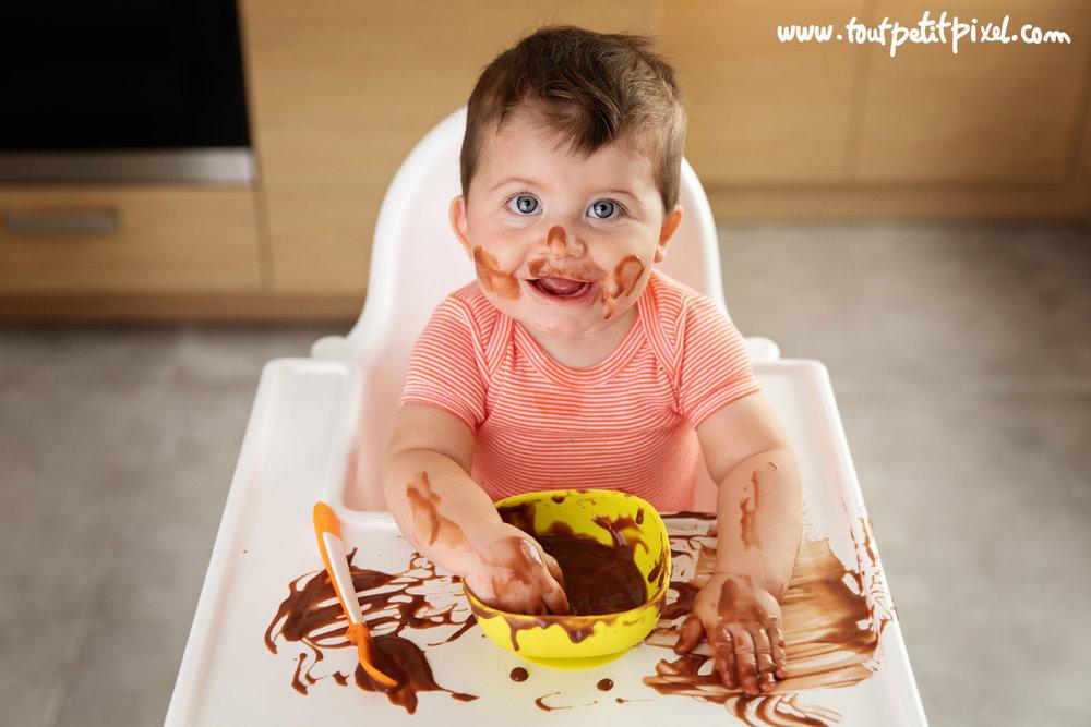 Bébé qui met du chocolat partout par Tout Petit Pixel photographe bébé à Marseille