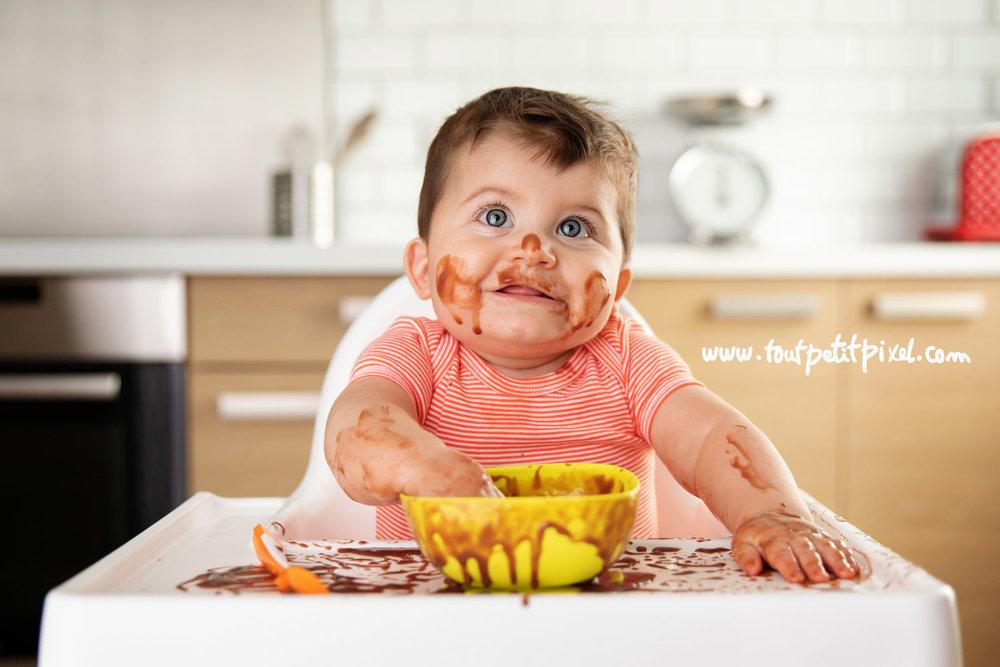 Photo de bébé avec du chocolat partout par Tout Petit Pixel photographe bébé