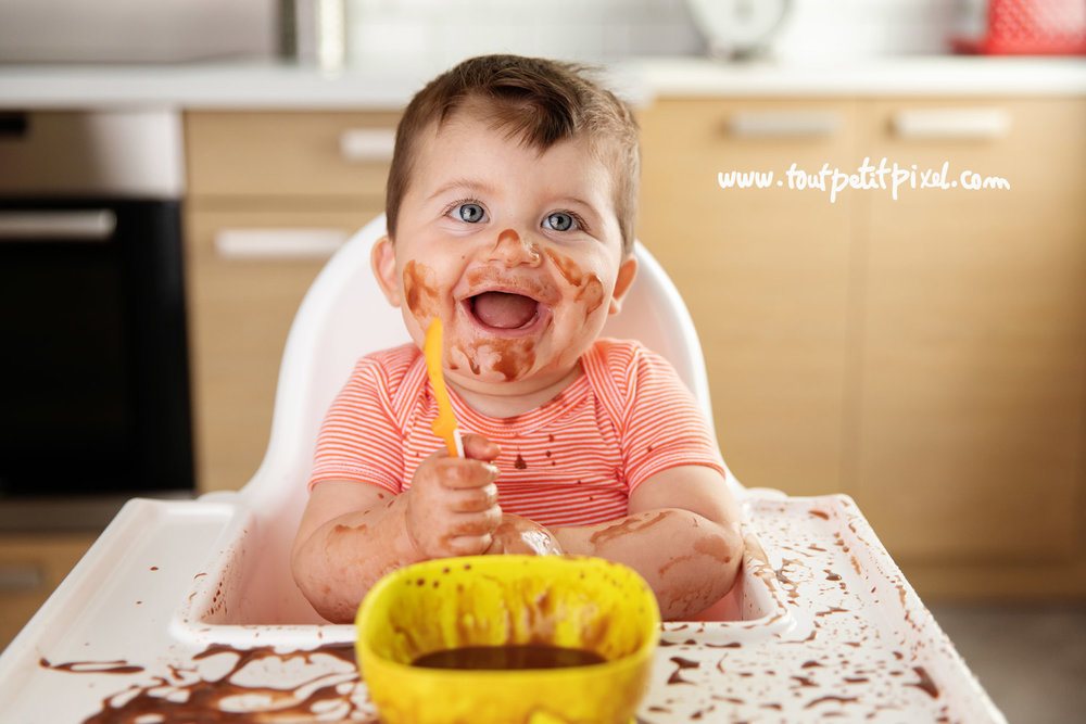 Bébé qui mange du chocolat par Tout Petit Pixel photographe bébé lifestyle