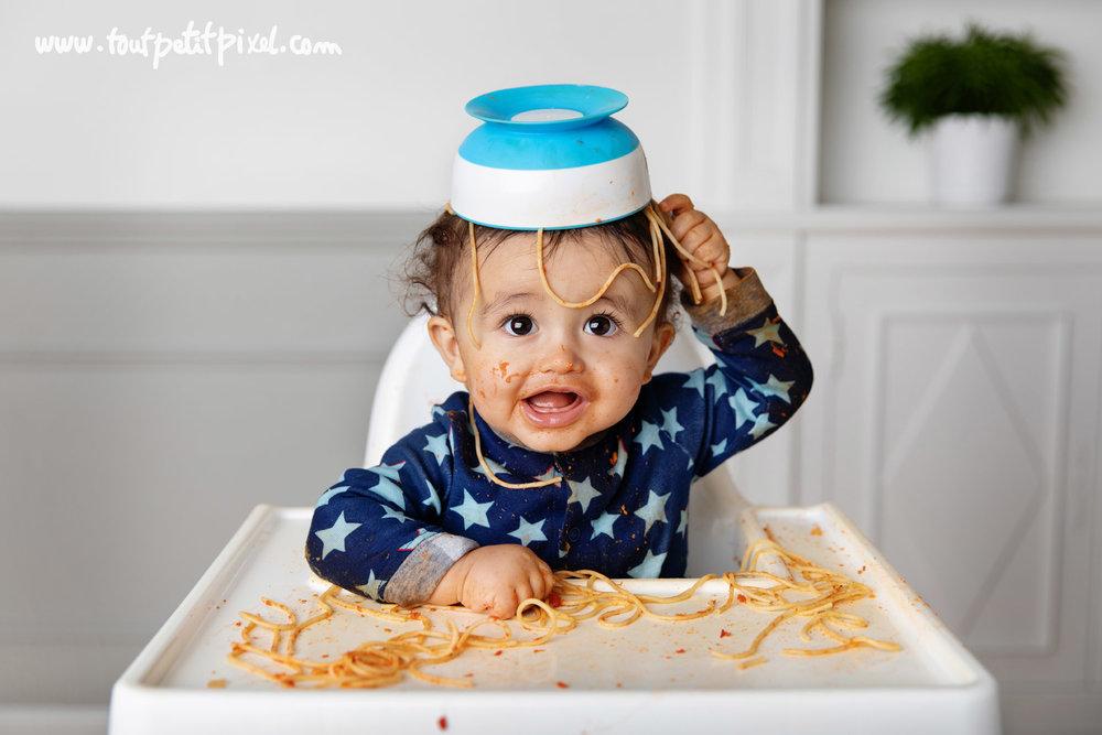 Bébé avec son bol de spaghetti sur la tête par Tout Petit Pixel photographe bébé à Marseille
