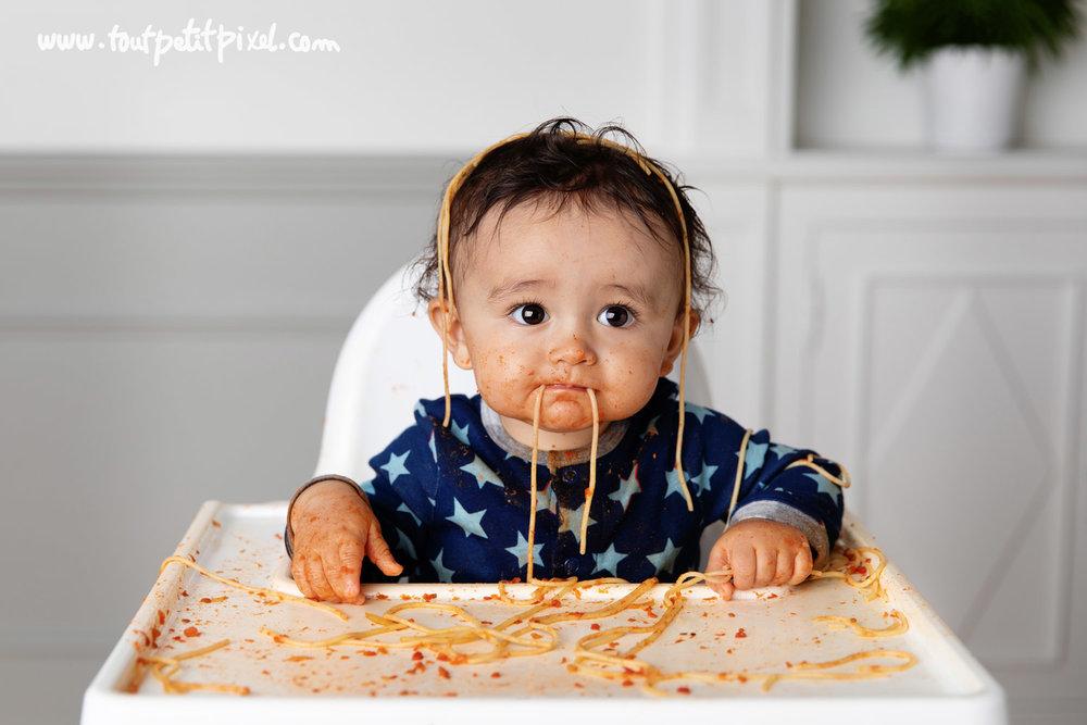 bébé et spaghettis par Tout Petit Pixel photographe bébé à Marseille