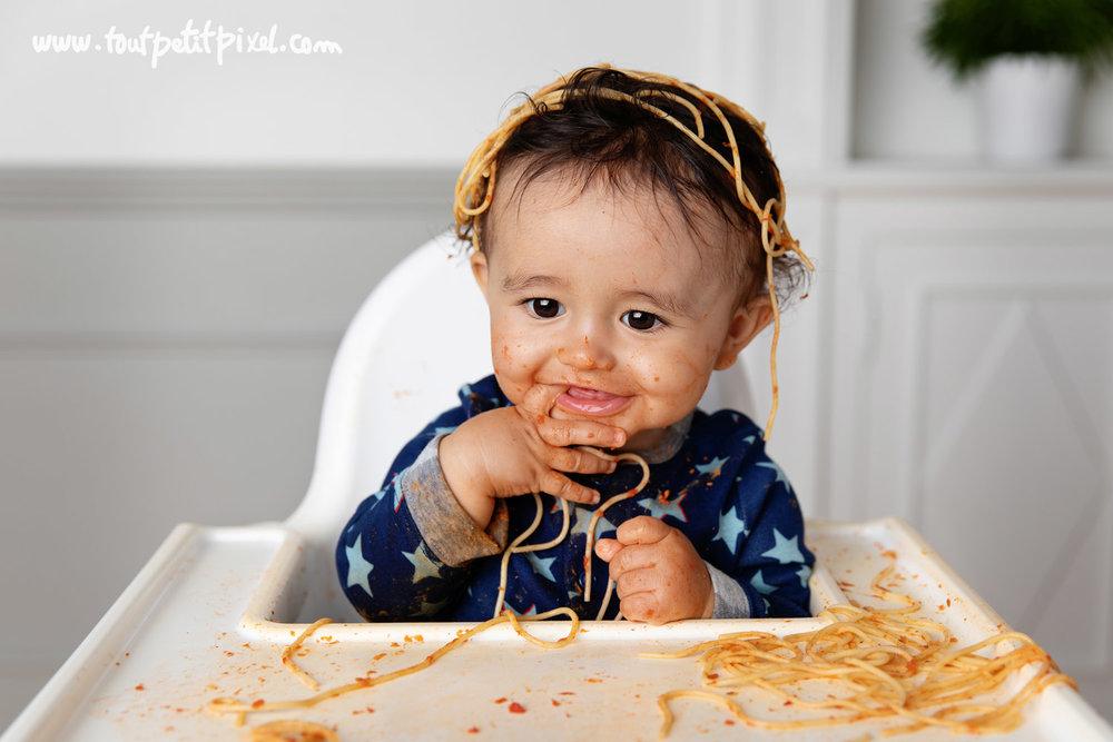 Bébé avec des spaghettis sur la tête par Tout Petit Pixel photographe bébé à Marseille