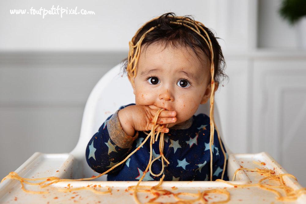 bébé qui mange des spaghettis en s'en mettant partout par Tout Petit Pixel photographe bébé à Marseille