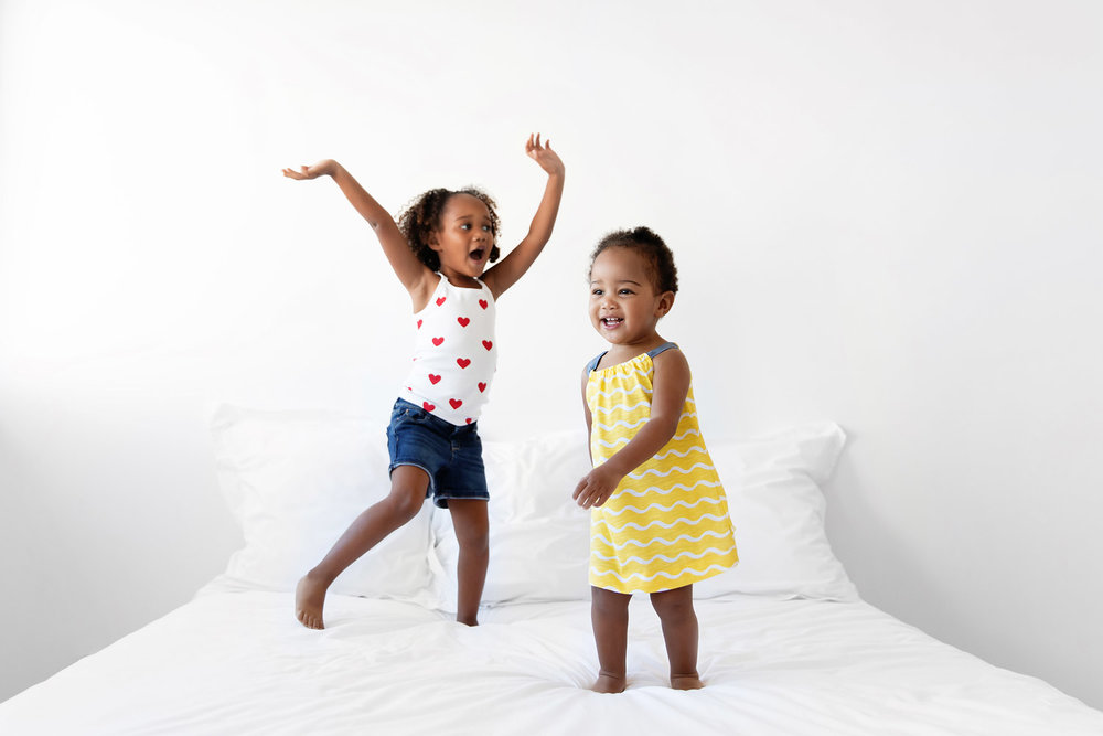 Deux petites filles qui dansent sur le lit par Tout Petit Pixel, photographe enfants à Marseille