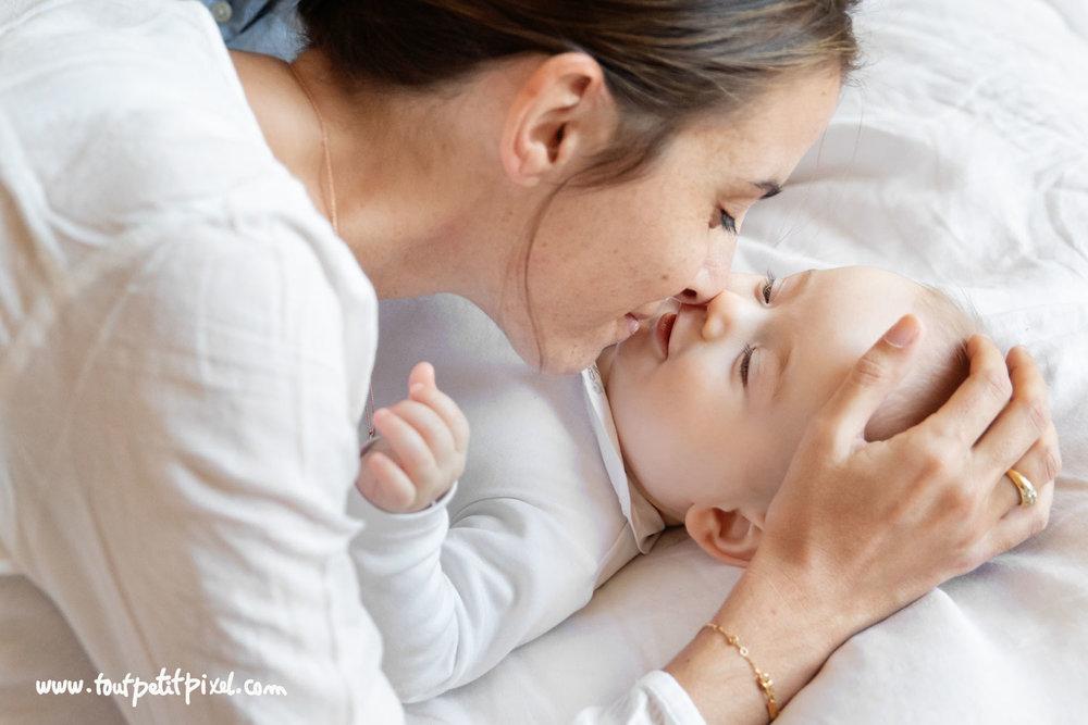 Moment tendresse entre une maman et son bébé par Tout Petit Pixel, photographe famille Marseille