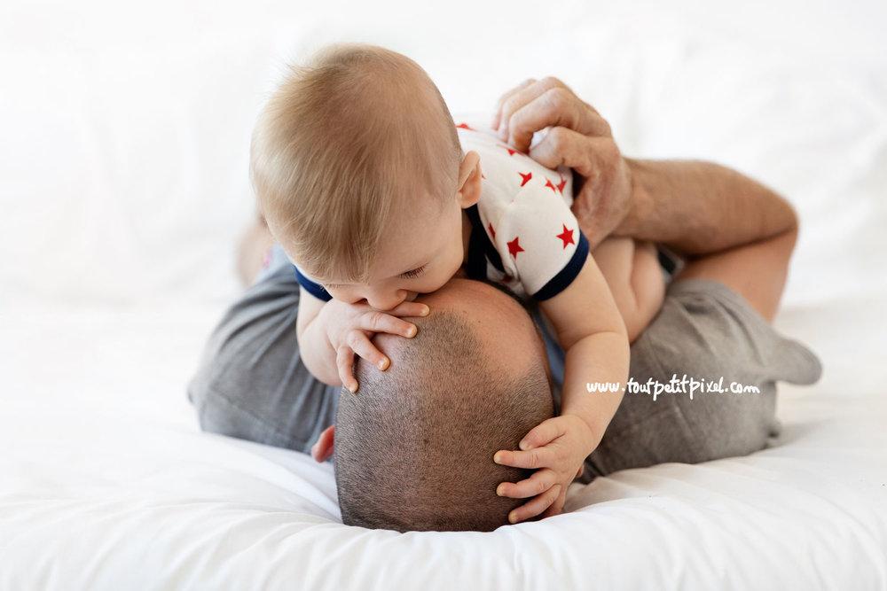 Calin papa bébé par Tout Petit Pixel, photographe bébé lifestyle à Marseille
