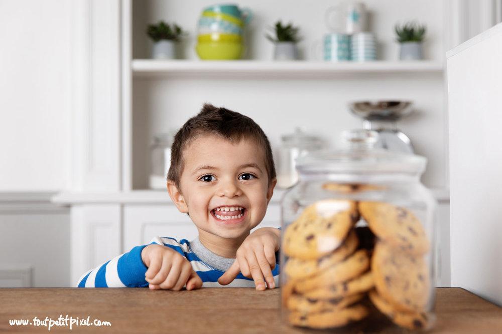 Enfant joyeux et cookies par Tout Petit Pixel, photographe enfant lifestyle