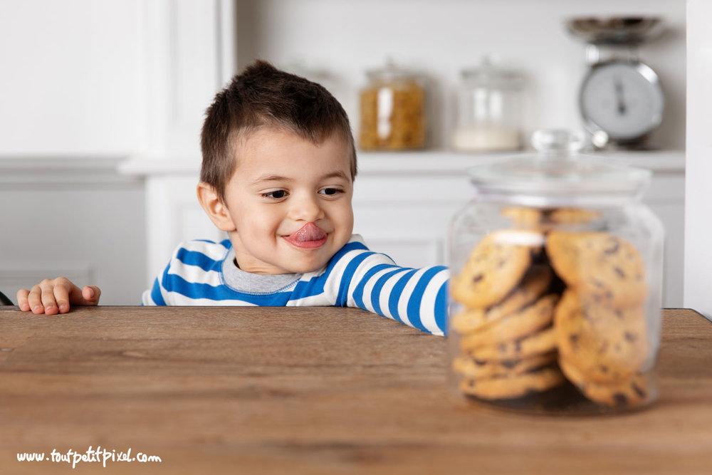 Enfant qui attrape des cookies par Tout Petit Pixel, photographe enfant Marseille