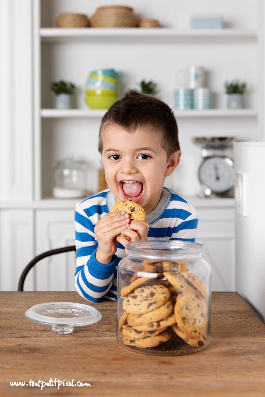 Enfant qui mange un cookie par Tout Petit Pixel, photographe enfant Marseille