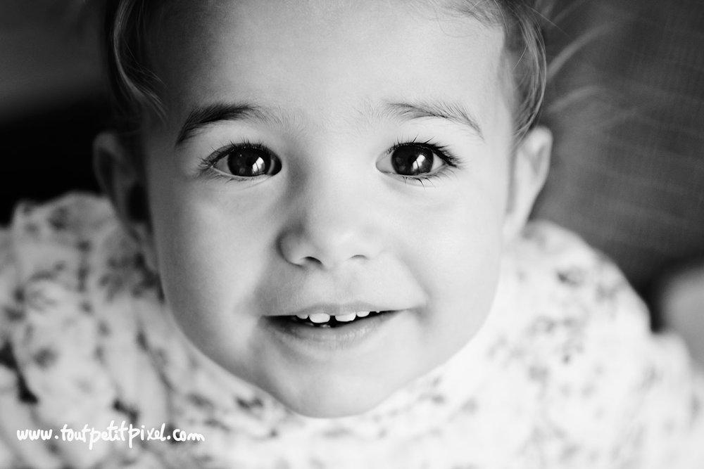 portrait d'enfant en noir et blanc par Tout Petit Pixel photographe lifestyle à Marseille