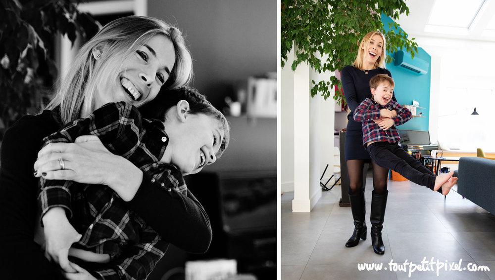 Mère et fils qui rient et jouent à domicile par Tout Petit Pixel photographe famille lifestyle à Marseille