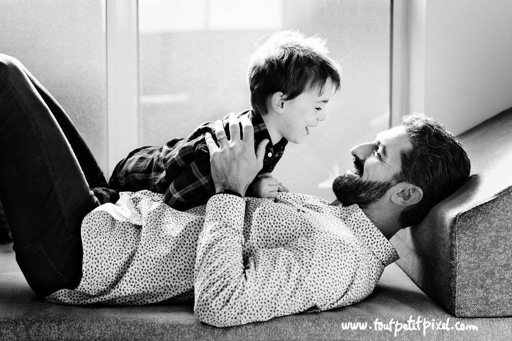 Père et fils qui se regardent en souriant par Tout Petit Pixel photographe enfant lifestyle à Marseille