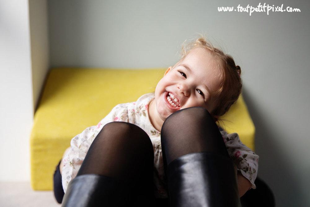 Portrait de petite fille qu rit par Tout Petit Pixel photographe enfant lifestyle à Marseille