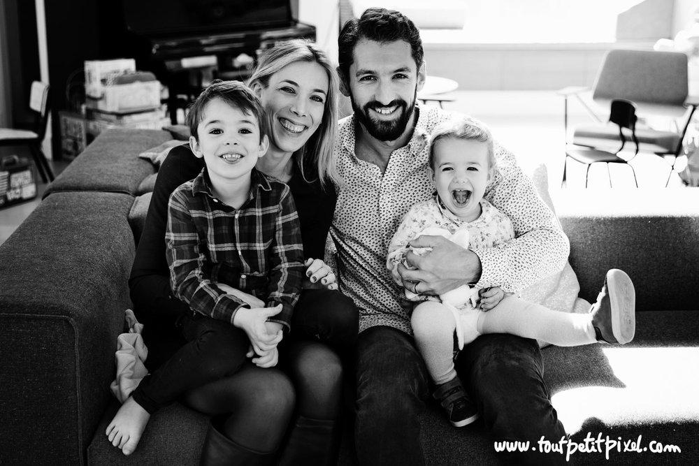 Photo de famille à domicile par Tout Petit Pixel photographe enfant lifestyle à Marseille
