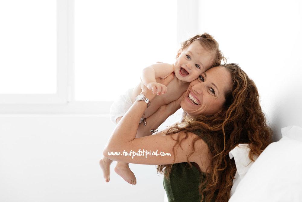 Maman et bébé qui rient joue à joue par Tout Petit Pixel, photographe famille à Marseille