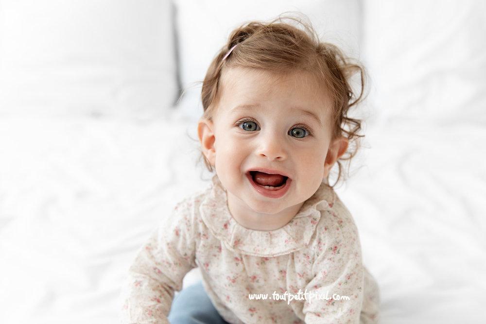 portrait amusant de bébé qui sourit par Tout Petit Pixel, photographe enfant à Marseille
