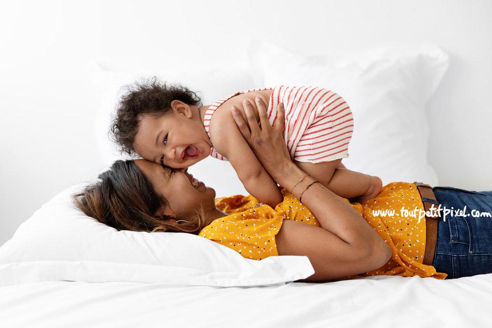 Maman et bébé qui rient en faisant un calin par Tout Petit Pixel, photographe enfant Marseille