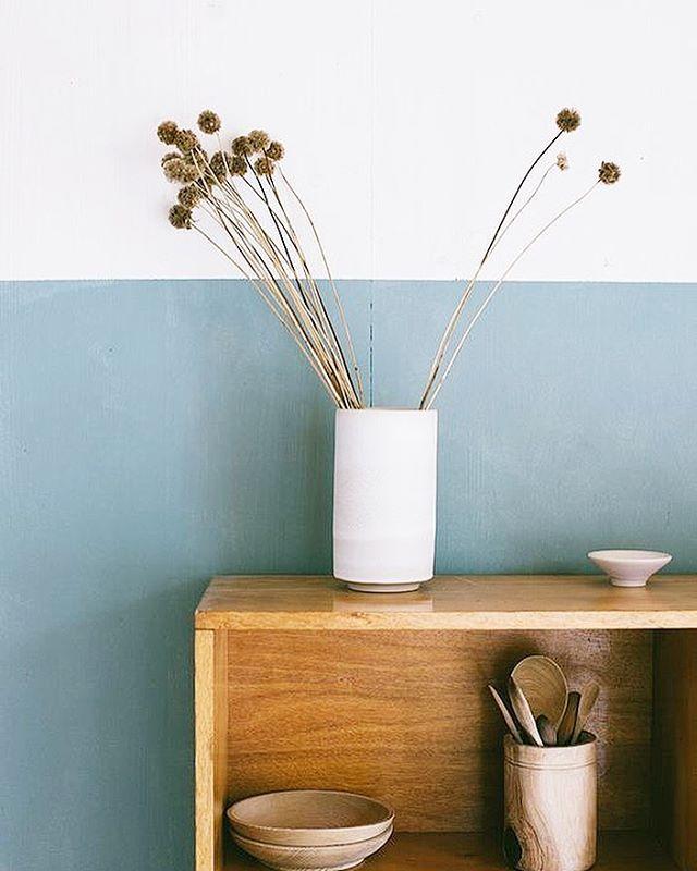 Fleurs séchées et jolis pots #fleurssechees #pots #vase #meuble #mobilier #vintage #blue #vaisselle #brocante