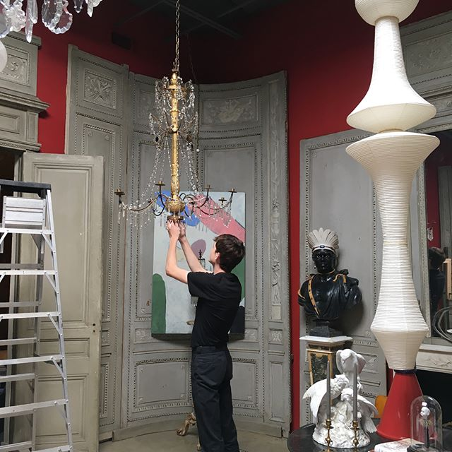 Bernard is the only one tall enough to assemble the new pair of 18th century Italian chandeliers. Remember, the holidays are right around the corner, time to decorate! @bernarduechtritz #italianantiques #italianchandelier #chandelier #pairofchandeliers #giltwood #crystalchandelier