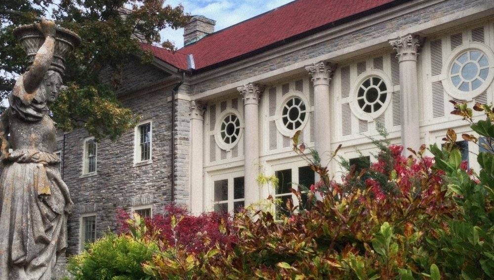 Cheekwood Estates and Botanical Gardens is a popular attraction in the Nashville area that hosts several beautiful gardens and art exhibits. You can also tour the mansion built in the late 1920s.