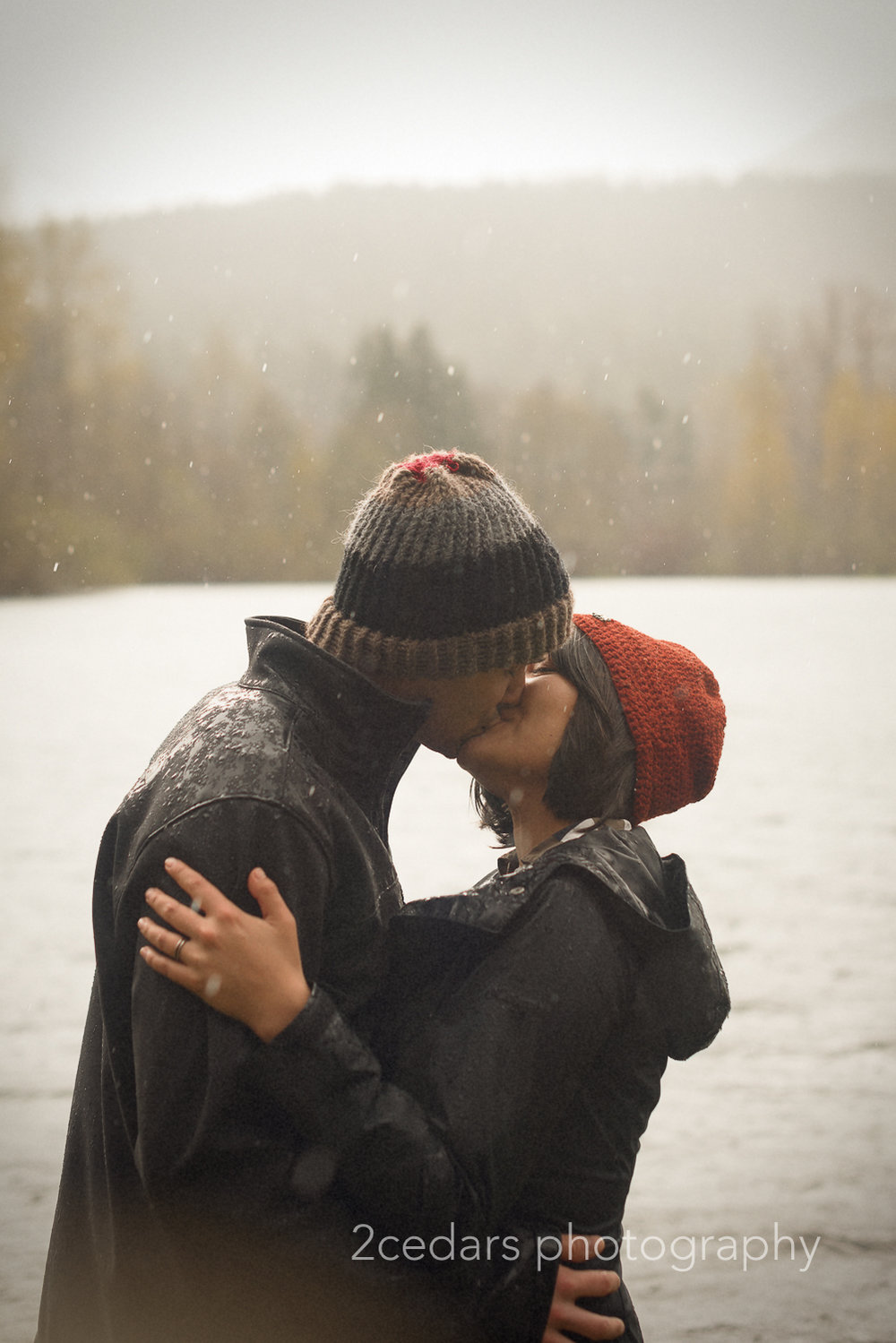 Couple kissing in the rain at Rattlesnake Lake