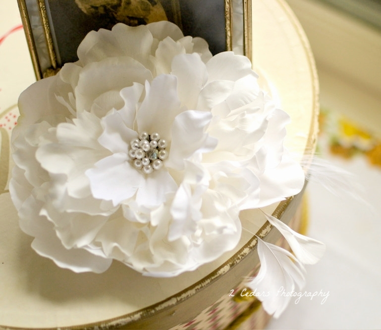 White flower bridal fascinator wedding photography