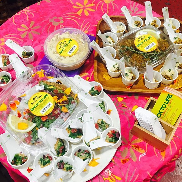 Demo-ing #raw #vegan #pizza #falafels and #hummus today at @rainbowbridgeojai ✨💕🍃☀️🌿🦄💛 11-2 😋