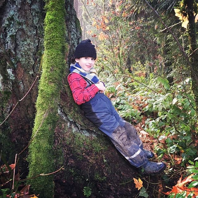 Taking a little break during forest play at our kindergarten farm. 🌲🍃💚 #naturekid #rewild #forestschool #forestkindergarten #motherearthschool #portlandforestschool #farmschool #forestplay #metime #kindergarten #pdx