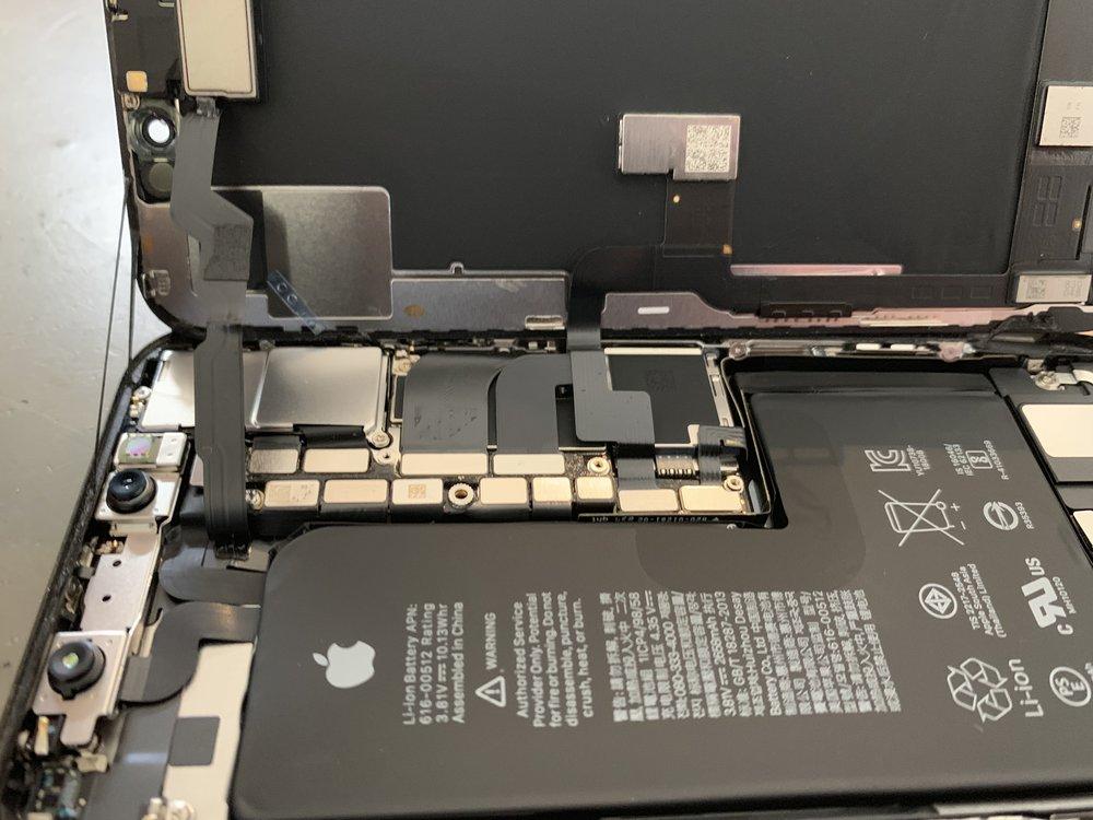 iPhone x battery removal with cracked screen repair in San Diego La Jolla. San Diego Mac Repair apple certified apple repair. iPhone XS battery replacement.