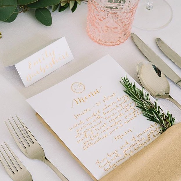 Love it when a plan comes together 💛 How beautiful is this place setting 🌿  #weddinglogo #weddingmenu #moderncalligraphy #calligraphylondon #calligraphysw6 #placenames #weddinginspo 📷 @barkerevans