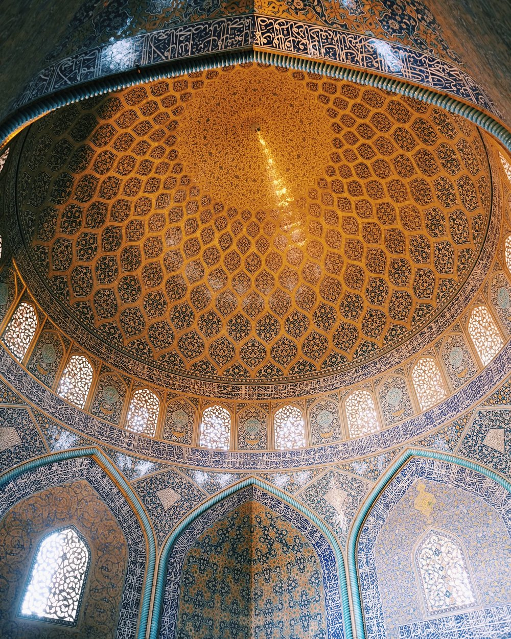 The ceiling of Lotfallah Mosque in Esfahan, Iran.jpg