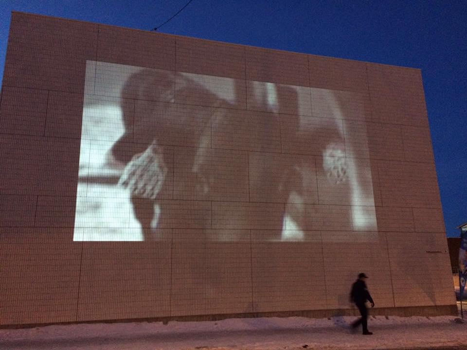 Iisalmen kultturikeskuksen seinä toimi hyvänä pohjana 5.5 videotaideteokselle