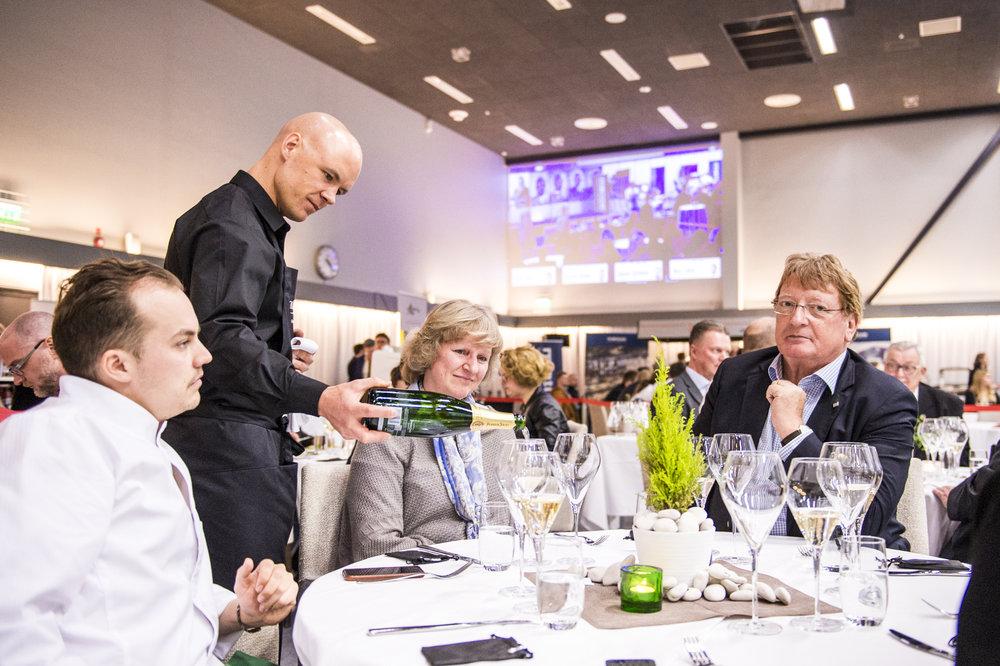 Vuoden Tarjoilija Ronny Malmerg kaataa viiniä laseihin