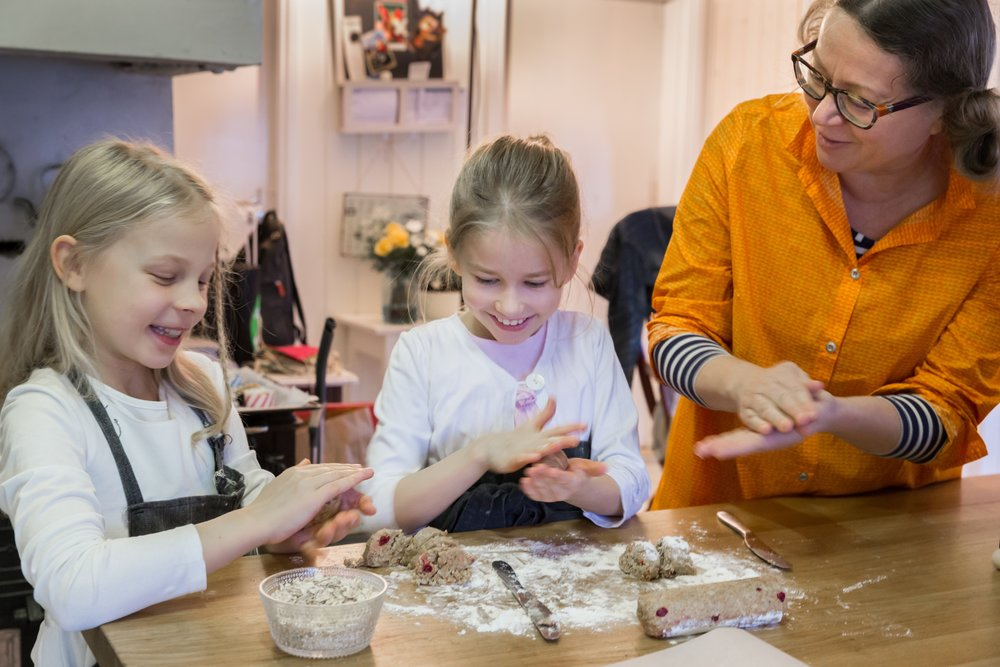 Kehityspäällikkö Virpi Skippari Suomen 4H-liitosta tekee lasten kanssa puolukka-kaurakeksejä Safkasynttäreille.